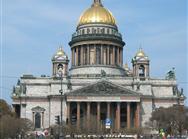 Katedrala svetega Izaka nas osupne s svojo velikostjo. Gradili so jo 40 let in v njej je lahko kar 14.000 ljudi naenkrat. Ob jasnem vremenu se njena zlata kupola vidi že iz Finskega zaliva.