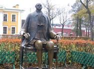 Sodobni spomenik Petru Velikemu, ki se nahaja v Petropavlovski trdnjavi- mestu nastanka Peterburga. Če niste vedeli, Peter Veliki je bil pravi velikan, ki je v višino meril 204 cm, številka njegovih čevljev pa je bila le 39.